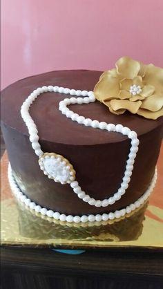 Bizcocho de nata y bizcocho de chocolate con buttercream de dulce de leche , buttercrean de frambuesas y buttercrean de chocolate todo cubierto de ganache de chocolate negro , para le celebracion de un 60 cumpleaños
