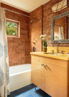 Salle de bains au design légèrement rustique