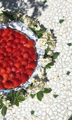 30So schmeckt der Sommer: Erdbeerkuchen mit Vanillepudding Am Wochenende war es endlich soweit: Meine Großmutter öffnete ihr altes Rezeptbüchlein, um gemeinsam den wohl leckersten Kuchen des Sommers zu backen. Mit ganz viel Liebe und noch mehr Erdbeeren. Dazu starten wir mit dem Teig: Mehl und Backpulver gut in einer