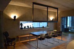 En villa tegnet av Space Group fikk übermoderne belysning. Betonggrå vegger og tak  - og likevel en varm og velkommende stemning. Klikk på bildet for å lese mer!