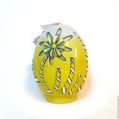 Купить или заказать Пасхальная резная свеча Пасхальное яйцо (Ромашки) в интернет-магазине на Ярмарке Мастеров. Резная свеча в форме пасхального яйца. Устраивать бой не рекомендуется)) Рекомендуется дарить и радовать близких, а еще зажигать на праздничном столе! Процесс создания такой резной свечи можно посмотреть здесь www.livemaster.ru/topic/1733307-yarkaya-pashalnaya-reznaya-svecha-svoimi-rukami Резная свеча раза в три больше настоящего яйца, весит примерно 250 гр, высота ок.9 см.... Candle Art, Amazing Decor, Beautiful Candles, Carved Candles, Carving, Handmade, Gifts, Wax, Eggs