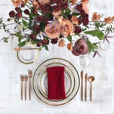 It seems pretty unusual to combine rose gold with gold. Not sure if I like it, but it looks interesting, especially with the combination of rose gold cutlery glass plates with a small golden rim and the color palette in blush, burgundy, red with a little pinch of lilac. The centerpiese is made of classic roses, sweet peas and clematis. #fineartdecoration #rosegoldwedding #tabledecoration #weddingtable Marsala, Place Settings, Table Settings, Rose Gold Flatware, Wedding Plates, New Month, Wedding Table Decorations, Table Accessories, Presentation Design