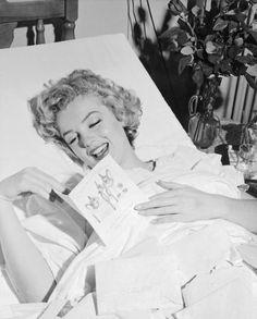元気づけアップモンローは1952年に操作を受けた後、彼女のその後のボーイフレンド、野球の伝説ジョー・ディマジオからお見舞いのカードを読み込みます。