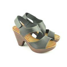 #Sandalias de piel con corte asimétrico con cierre talonero en velcro y tacón imitación madera de 9cm. de altura de MARILA.