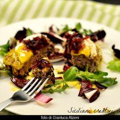 Hamburger al piatto, con formaggio, uovo e cipolle caramellate
