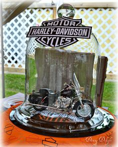 Dining Delight: Harley Davidson Table for Father's Day Motorcycle Birthday Parties, 50th Birthday Party Ideas For Men, Biker Birthday, Motorcycle Wedding, Dad Birthday, Baby Shower Motorcycle, Biker Party, Harley Davidson Birthday, Harley Davidson Merchandise