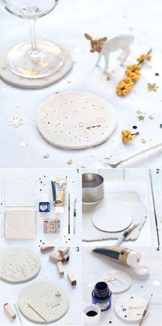 Dessous de verre invité – déco table Picard. Découper un morceau d'argile ou de porcelaine. Le customiser avec différentes empreintes et de la peinture. Laisser sécher.
