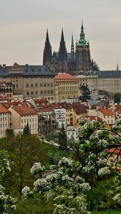 Prague castle is the official residence of the President of the Czech Republic. It is also the largest ancient castle in the world. Beautiful Castles, Beautiful Places, Palaces, Prague Czech Republic, Heart Of Europe, Prague Castle, Voyage Europe, Barcelona, Central Europe