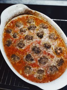 Köttbullar i tomat, grillad paprika och fetaostsås | Paula Rosas Pepperoni, Cheeseburger Chowder, Pizza, Soup, Red Peppers, Soups, Soup Appetizers