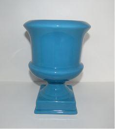 Vaso Firenze M Azul Ref: VAF05 Dimensões (cm): 25 alt x 18 diam Material: cerâmica Cor: azul mar Qtde disponível: 2 Valor por peça: R$ 19,00