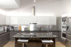 Suuressa keittiössä on tilaa sekä kokkailla että viettää aikaa perheen kanssa. Kitchen Island, Table, Furniture, Home Decor, Island Kitchen, Decoration Home, Room Decor, Tables, Home Furnishings