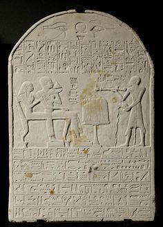 """""""L'orfèvre de l'Ennéade"""" Tétiemrê et son épouse recevant encensement et libation  vers 1400 avant J.-C.  calcaire H. : 46,30 cm. ; L. : 32,50 cm. ; Pr. : 4,50 cm."""