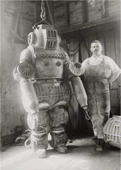 Chester E. Macduffee next to his newly patented, 250 kilo diving suit. Spaceship, pulp retro futurism back to the future tomorrow tomorrowland space planet age sci-fi airship steampunk dieselpunk alien aliens martian martians BEMs BEM's Rare Photos, Vintage Photographs, Vintage Photos, Victorian Photos, Old Pictures, Old Photos, Robots Vintage, Retro Robot, Diving Suit