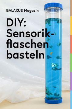 Bei dieser Bastelidee kannst du und deine Kleinen der Kreativität freien Lauf lassen. Die Flaschen können mit beliebigen Objekten gefüllt werden und regen so zum Experimentieren, Beobachten und Staunen an. Experiment, Sensory Play, Baby Kids, Water Bottle, Ideas, Manualidades, Fimo, Plastic Bottles, Galaxies