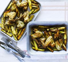 Spicy oven-baked chicken and chips Roasted Chicken Wings, Oven Baked Chicken, Chicken Meals, Roast Chicken, Fried Chicken, Tray Bake Recipes, Cooking Recipes, Healthy Recipes, Cooking Ham