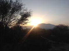 Amanecer por un caminito en Tequisquiapan