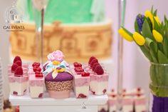 💜🧁Combinatia perfecta dintre estetic si gustos este data de ingredientele naturale folosite in decorarea si compozitia dulciurilor. 🍨🍦Gal Events Constanta va sta la dispozitie cu o gama variata de prajturi pentru candy-bar dar si cu retete de torturi pentru orice tip de eveniment❗️ 🎂🍰  🏡/☎️Ne gasiti pe str. Calarasi nr. 79 si la numarul de telefon 0764088345  #galevents #galeventsconstanta #evenimenteconstanta #organizareevenimente #candybar #tort #decor #nunta #botez Candy, Bar, Desserts, Food, Tailgate Desserts, Deserts, Sweets, Meals, Dessert