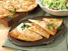 Tortillabröd fyllda med skinka, ost och tomatpuré blir ljuvliga quesadillas. Serveras med en kålsallad med chili, lime, koriander och spiskummin. Yummie!