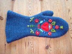 Embroidered mitten :Scandinavian folk embroidery on nålebinding Hungarian Embroidery, Wool Embroidery, Learn Embroidery, Embroidery Stitches, Embroidery Patterns, Indian Embroidery, Blue Mittens, Crochet Mittens, Scandinavian Embroidery