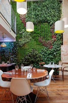 Karpo – Londres é uma cidade cinzenta, mas é possível encontrar algum verde nas paredes deste restaurante. Os jardins verticais ainda são complementados com mesas que lembram troncos de árvore. karpo.co.uk
