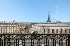 Vue du balcon d'un appartement / Paris 16eme