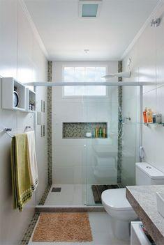 Detalhes coloridos que quebram a imensidão do branco no banheiro traz ao conceito a diversão e a descontração para o ambiente.