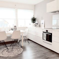interior room home house decoration decor on We Heart It Kitchen Flooring, Kitchen Dining, All White Kitchen, Kitchen Modern, Rustic Kitchen, Sweet Home, Casa Real, Kitchen Stories, White Rooms