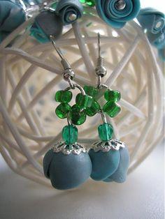 Náušnice s ružičkami modelovanými z fima v jemnej modrostriebornej farbe inšpirovanej jarným dažďom.  Ruže sú dozdobené gorálkami v zelených odtieňoch.
