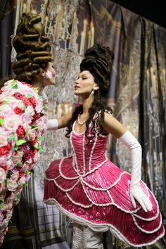 Gigi & Bella Hadidbackstage at Moschino fashion show. Fashion Bella, Daily Fashion, High Fashion, Street Fashion, Moschino, Carolina Herrera, Balenciaga, Rococo Fashion, Casual Street Style
