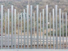 #Verja #empalizada con diseño #residencial de tubos alternados en alturas y diámetros. #diseño #cerrramientos #construcción #arquitectura http://www.vinuesavallasycercados.com/