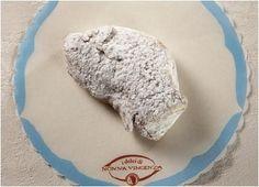 Nonna Vincenza è una pasticceria artigianale catanese.  Una piccola bottega che prepara golosità di vario gusto: una vera e propria oasi per gli appassionati di dolci e liquori siciliani.  Si preparano dalle cassatelle alle mandorle di Agira alle torte con panna, crema, nocciol a e cioccolata fino a numerosi dolci con pistacchi di Bronte.