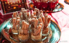 Tacinhas com mini churros e doce de leite na mesa na Festa Circo