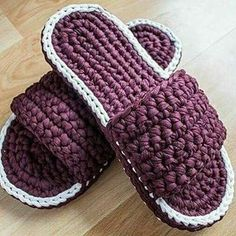 Knitting slipper making with combed rope Knitted Booties, Knit Shoes, Knitted Slippers, Crochet Poncho Patterns, Crochet Stitches, Knitting Patterns, Free Knitting, Crochet Sandals, Crochet Shoes