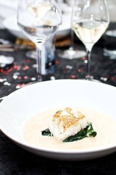 Pan Fried Cod Spinach and Sauce. Pan fried cod with sautéed spinach and white wine sauce with tomatoes. Easy and simple starter. (in Danish) Seafood Recipes, Gourmet Recipes, Healthy Recipes, Food N, Food And Drink, Easy Starters, Sauteed Spinach, Fish Dishes, Food Plating