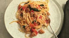 Pasta med italiensk pølse og tomat Frisk, Spaghetti, Pizza, Ethnic Recipes, Food, Essen, Meals, Yemek, Noodle