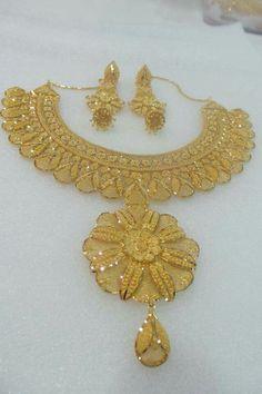 Gold Temple Jewellery, Gold Wedding Jewelry, Gold Jewelry Simple, Bridal Jewelry, Gold Bangles Design, Gold Earrings Designs, Gold Jewellery Design, Necklace Designs, Graduation Jewelry