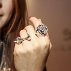 Anéis no banho prata trazem o moderno para as mãos #camilaklein #fashionjewelry