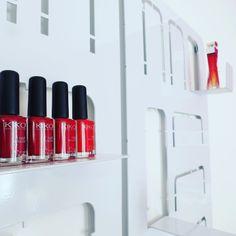 Bellezza esposta #oquiolì !  #idimmidove #design #totalwhite #red #kiko #nailpolish #salvatoreferragamo #eaudeparfum #accessorie