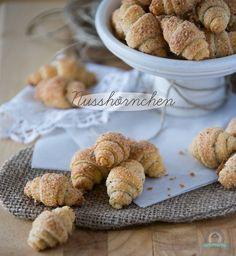 schnelle Nusshörnchen ohne Hefe mit Butter und Frischkäse im Teig und Haselnuss-Zimt-Zucker-Füllung - http://das-kuechengefluester.de/recipe/mini-nusshoernchen/