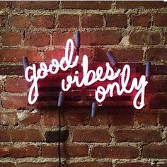 Quero um letreiro desse! Good vibes only
