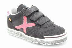 Lage klittenband schoen antraciet suede met neon roze details, van het merk Munich. €69,95