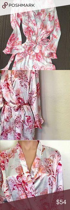 Oscar De La Renta Floral Print Rob XS Oscar de la Renta Pink Label White W Roses Print Long Ruffle Trim Silky Robe.                                      54 Inches  long                                                                100% Polyester Oscar de la Renta Sleepwear Other