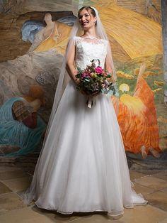 H&G-Kollektion: Schlichtes und preisgünstiges Brautkleid mit hochgezogenem und mit Spitze verziertem Oberteil und zart-duftigem Organzarock. Girls Dresses, Flower Girl Dresses, Wedding Dresses, Classic, Flowers, Fashion, Pull Up, Flower Girl Gown, Dress Wedding