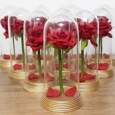 [Marque profissionais de festa aqui👇]😉IDEIAS ABSURDAMENTE LINDAS NO TEMA A BELA E A FERA🌹 . 🌹Repost 1: @boutiquedebaloestatuape Via… Beauty And The Beast Theme, Princess Theme, Sweet 15, Disney Diy, New Years Eve Party, Wedding Themes, Red Roses, Bridal Shower, Projects To Try