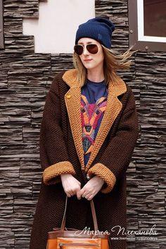 на ней шапка фарфалла Knitted Coat, Knit Jacket, Garter Stitch, Crochet Slippers, Jacket Pattern, Sweater Coats, Knit Fashion, Headdress, Knitwear