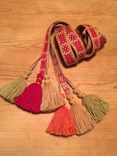 Forklebånd beltestakk Folklore, Tassel Necklace, Tassels, Crafts, Jewelry, Velvet, Manualidades, Jewlery, Jewerly