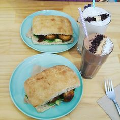 #Vegan lunch with my girls @maeudarbe and Sarah Kav #Warrnambool #burger #VeganBurger #veganSmoothie #Smoothie #VeganChocolate #cacaonibs #Banana #chocolate #dates #Burger #foodporn #Lunch by ox_kellbell_xo