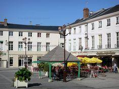 Châlons-en-Champagne: Place du Maréchal Foch : maisons, terrasse de restaurant, lampadaires - France-Voyage.com