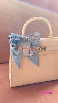 Scarf On Bag, Diy Scarf, Diy Clothes Life Hacks, Clothing Hacks, Diy Crafts Hacks, Diy Crafts For Gifts, Diy Bow, Diy Ribbon, Diy Belt For Dresses
