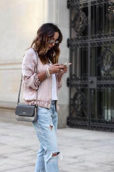 LIGHT TONES Nude, róże, biele i błękity to kolory idealne na lato. W naszym looku – pink bomber jacket, jeansowe boyfriendy, wiązane szpilki nude vs. białe conversy. #guesswhatpl #fashionvibes -> http://guesswhat.pl/fashion-vibes/blue-stripes-red-scraf/